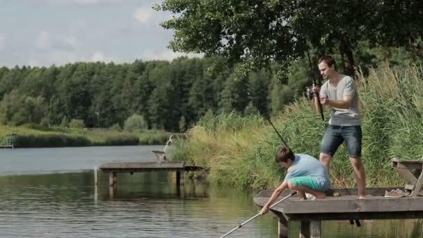 Rybář s rybářský prut boj ryby