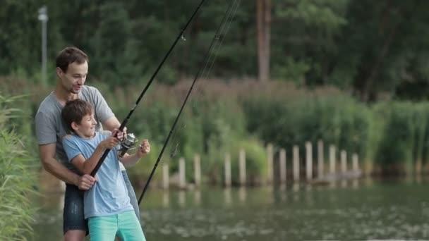 Izgatott fiú és az Atya fogott hal csali a tó