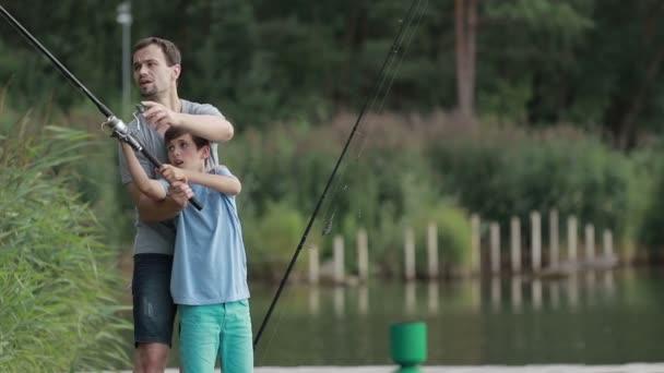 Tizenéves fiú hal apák segítségével a tanulás