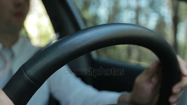 Muž ruce drží volant při jízdě auto