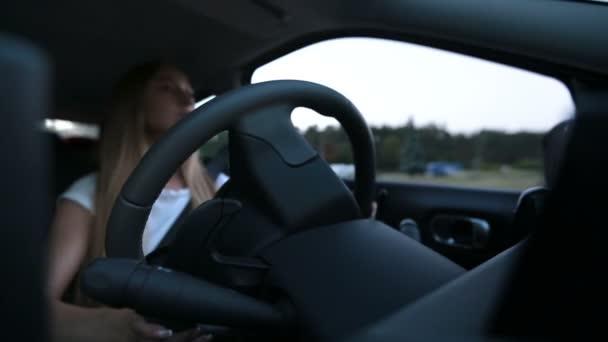Donna sicura guida unauto in città strada