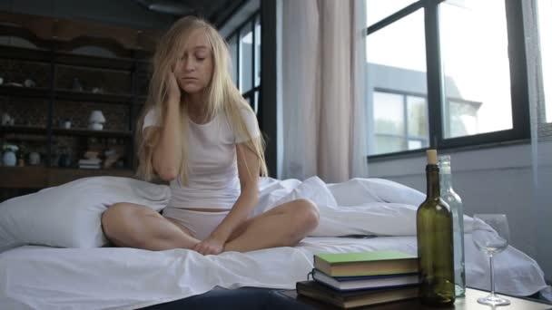 Nő, reggel a piszkos haja másnaposság