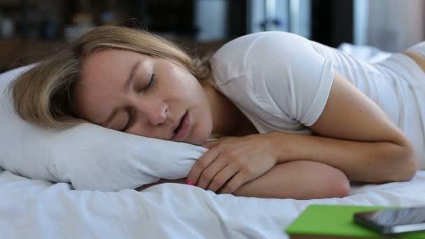 Hezká mladá žena chrápání v posteli