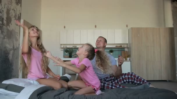 Gondtalan családi ágyban együtt játszottak pizsamában