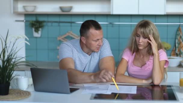 Člověk dělá účty společně se svou ženou v domácnosti