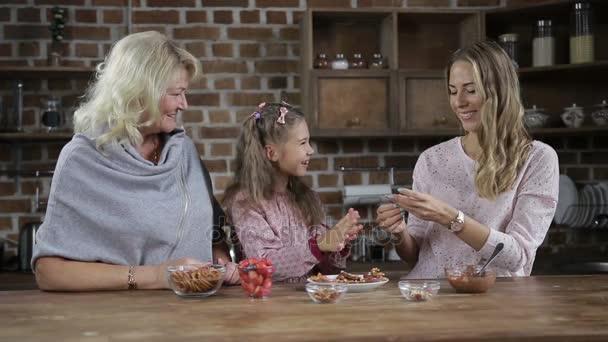 Rozkošná holčička sdílení domácí sušenky