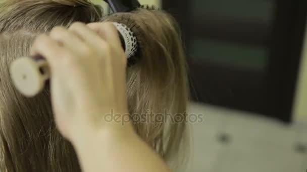Fogmosás ügyfél hosszú szőke haj fodrász