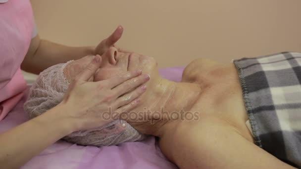 Starší žena tvář léčby v lázních krása