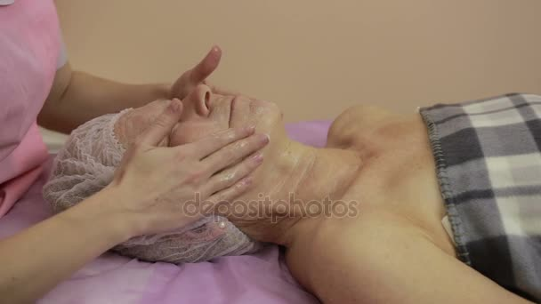 Ältere Frau, die immer Gesichtsbehandlung im Beauty spa