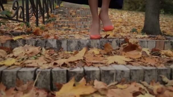 Žena sestoupit na schodiště v městě na podzim