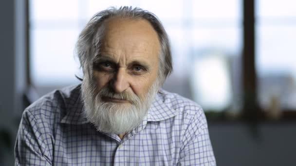 Portrét veselý usměvavý starší muž