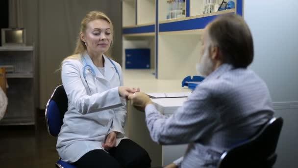 Koncentrovaná lékař kontrolu teploty pacienta