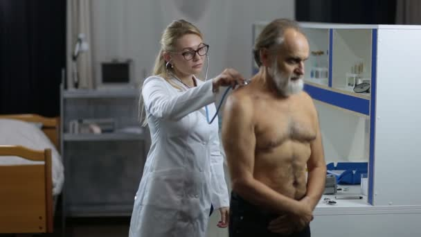 Doktor auscultating pacienty na klinice