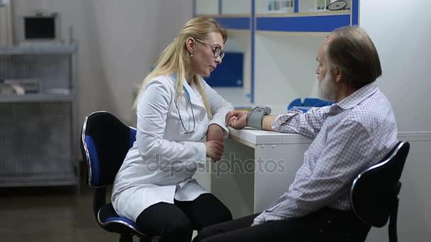 Kardiolog měření pacientů krevní tlak