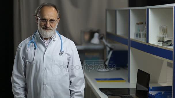Portrét přátelské vedoucí lékař s úsměvem