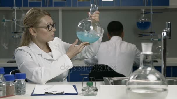 Ženské výzkumník pracující v chemické laboratoři