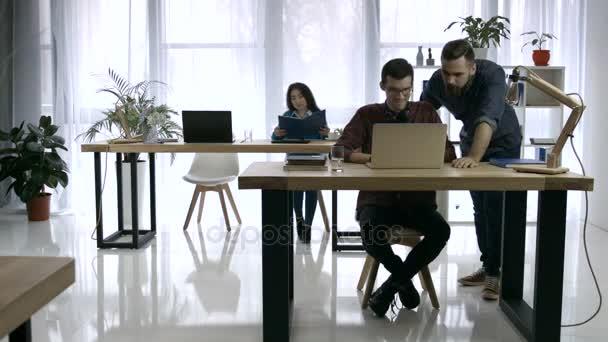 Zeitraffer der anstrengenden Arbeitstag im Kreativbüro