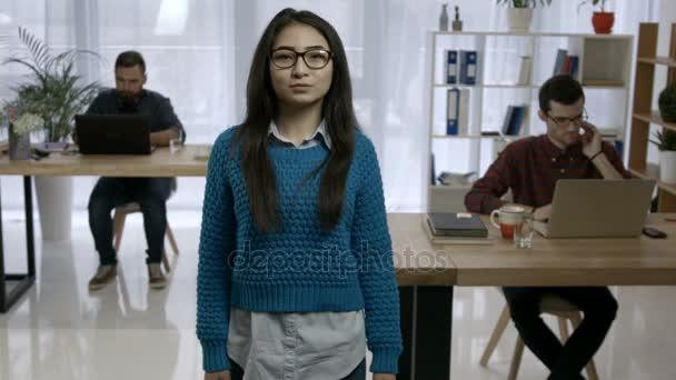 Portrét atraktivní mladé asijské ženy v kanceláři