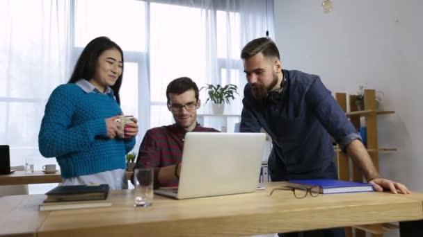 Skupina spolupracovníků, sdílení nápadů o novém projektu