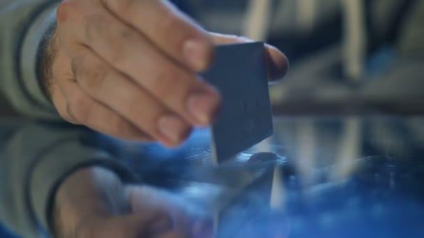 Close-up männliche Hand macht Kokain Linie auf Spiegel