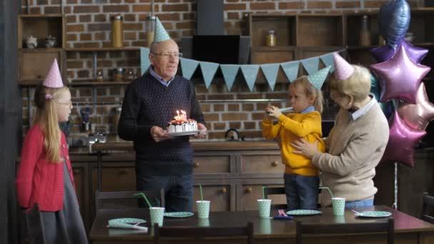 Prarodiče zpívat happy birthday vnuk
