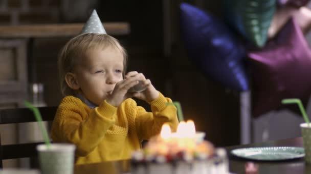 Bambino dolce compleanno corno di salto e di risata
