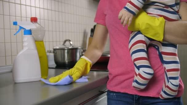 Matky bránice čištění kuchyně s dítětem