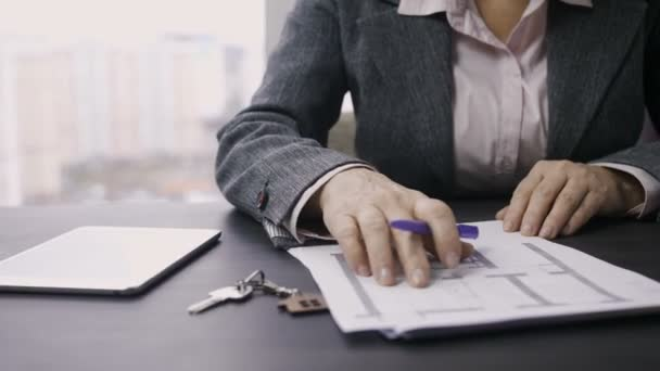 Bránice ženské prodavačka práci u stolu