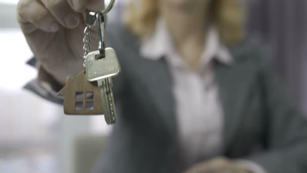 Senior Immobilienmakler Mittelteil zeigt Hausschlüssel