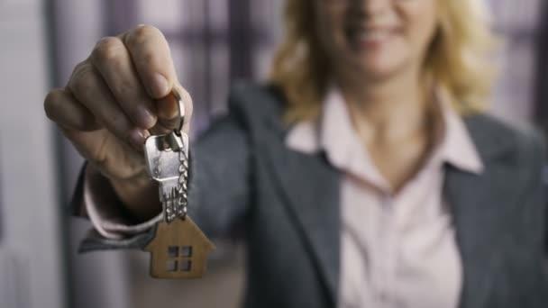 Mittelteil des leitenden Immobilienmaklers überreicht Schlüssel