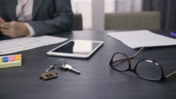 Dolly záběr konceptu real estate s klíče od domu