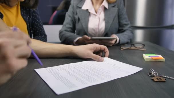 Férfi kezét aláírása home adásvételi szerződés
