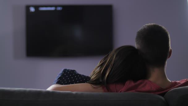 Pohled zezadu na páru, dívat se na televizi v noci