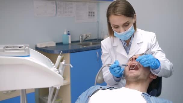 Zubař vedení zubní kaz léčba
