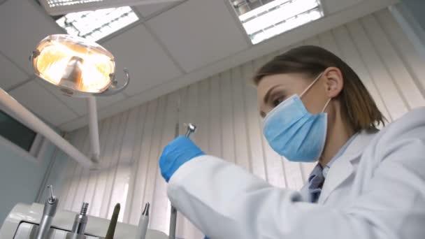 Zubař léčí zubní kaz, pacienta úhlu pohledu