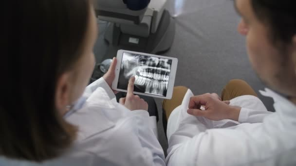Zubař vrcholový úhel pohledu na rentgen na touchpad