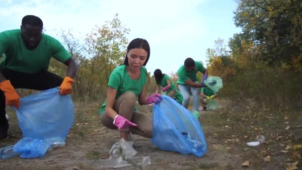 Ehrenamtliche sammeln Müll im Freien auf