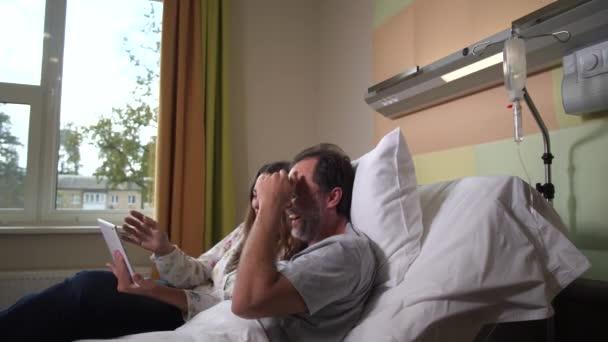 Kranke Eheleute sehen Komödie in Klinik