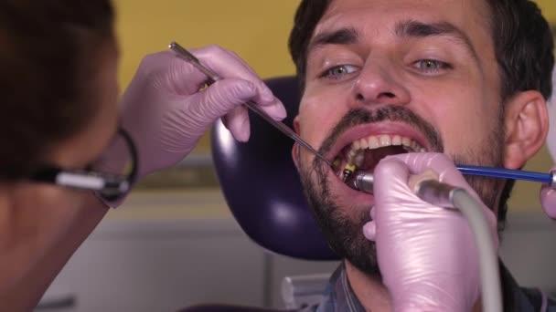 Porträt eines brünetten Mannes beim Zähneputzen