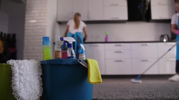 Úklid dámy pracující v kuchyni domu