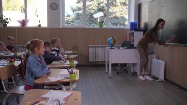 Tanár hívja aranyos iskolás lány táblára