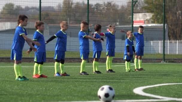 Kleine Fußballer des Fußballclubs trainieren im Freien