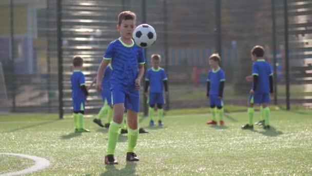 Mladý fotbalista trénink kopat fotbalový míč