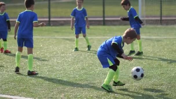 Hartnäckiger Fußballer trainiert, um Ball zu treten