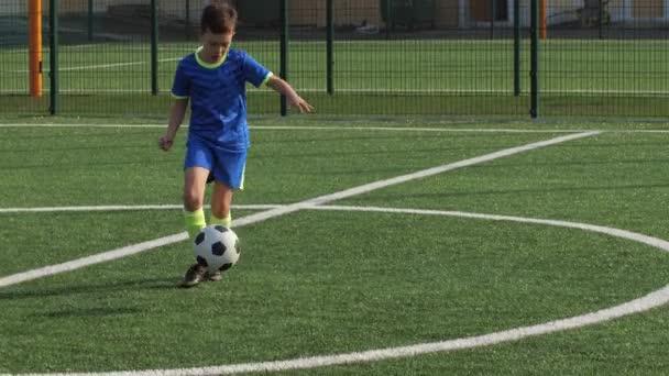 Mladý fotbal vpřed braní přihrávky a gól vstřelení