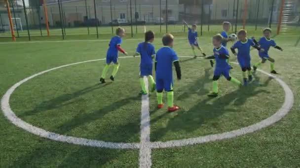 Aktive junge Fußballer beim Aufwärmen