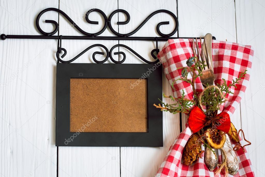 Hermosa Navidad cubiertos en una servilleta en rojo y blanco los ...
