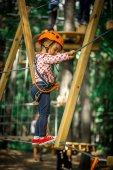 Fotografie glückliches Kind Sport steigt durch die Seile