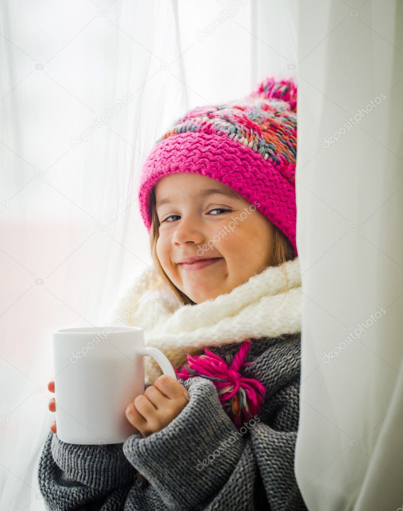 Niña linda en ropa de moda invierno — Foto de stock © puhimec #126307316