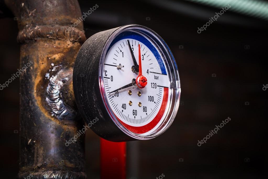 Rohrleitungen mit Manometer Wasser — Stockfoto © puhimec #126967936